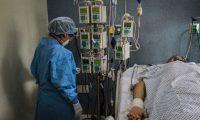 MEX1254. TIJUANA (MÉXICO),08/05/2020.- La doctora Karina Rosas revisa a un paciente con COVID-19 este viernes, para evaluar la condiciones de sus pulmones en el Hospital Ángeles, en la ciudad de Tijuana, estado de Baja California (México). Familiares aguardan frente a hospitales para saber algo de sus enfermos en la semana en la que la COVID-19 se ha cobrado más vidas en México hasta el momento. EFE/Joebeth Terriquez
