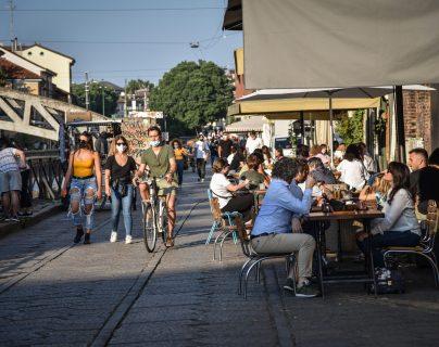 En Milán, Italia, se ha reabierto la economía poco a poco. No obstante, el Gobierno advirtió que de haber un brote se impondrán otra vez restricciones. (Foto Prensa Libre: AFP)