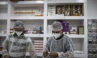 AME1181. MANAOS (BRASIL), 20/05/2020.- Profesionales de la salud son vistos este miércoles en la farmacia del Hospital Municipal de Campaña Gilberto Novaes, construido para atender a pacientes con coronavirus en la ciudad de Manaos, Amazonas (Brasil). El hospital tiene dos unidades de cuidados intensivos, dos unidades de cuidados intermedios y 17 salas y está actualmente a su máxima ocupación. EFE/ RAPHAEL ALVES