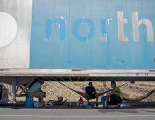 Transportistas de carga pesada, que se encuentran varados en Peñas Blancas en la frontera entre Nicaragua y Costa Rica, descansan cerca a la ciudad de Rivas (Nicaragua). (Foto Prensa Libre: Hemeroteca PL)