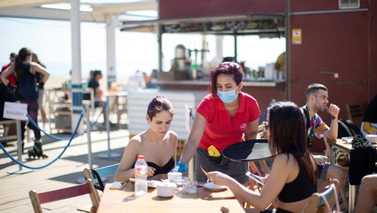 España comenzó a reabrir la economía y las terrazas de los bares y restaurantes pueden abrir al 50% de su capacidad. (Foto Prensa Libre: EFE)