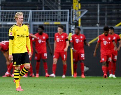 Los jugadores del Bayern Munich celebran ante la tristeza de los del Dortmund. (Foto Prensa Libre: EFE)