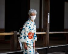 Kyoto (Japan), 27/05/2020.- A kimono-clad woman wearing a face mask looks on as she visits Tenryuji temple in Kyoto, Japan, 27 May 2020. Japan on 25 May lifted the nationwide state of emergency over coronavirus pandemic. The country received only 2,900 foreign visitors in April, down 99.9 per cent from a year earlier, according to the government data. Businesses and tourism industries in Kyoto, one of the country's most popular tourist destinations, have been suffering a huge blow with almost no foreign tourists seen on its streets surrounded by world-famous tourist spots. (Japón) EFE/EPA/DAI KUROKAWA