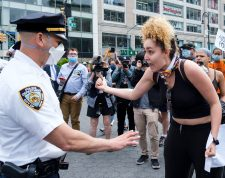 New York (United States), 28/05/2020.- A woman yells at police officers during a protest in response to the death of George Floyd, an African-American man who died while in the custody of the Minneapolis police, in New York, New York, USA, 28 May 2020. A bystander's video posted online on 25 May appeared to show George Floyd, 46, pleading with arresting officers that he couldn't breathe as an officer knelt on his neck. The unarmed man later died in police custody. (Protestas, Estados Unidos, Nueva York) EFE/EPA/JUSTIN LANE