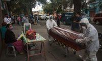 -FOTODELDIA- AME2848. CIUDAD DE GUATEMALA (GUATEMALA), 28/05/2020.- Trabajadores de una funeraria transportan este jueves el féretro de una mujer de 75 años fallecida por coronavirus, desde el Hospital General San Juan de Dios hacia el cementerio, en Ciudad de Guatemala (Guatemala). Guatemala ha reportado 4.145 casos de COVID-19 y el 69 por ciento de los contagios se encuentran ubicados en la capital del país centroamericano, epicentro de la epidemia, según datos divulgados por las autoridades. Los dos hospitales más grandes del país, San Juan de Dios y Roosevelt -ambos en la capital-, contaban hasta el pasado miércoles con al menos 80 pacientes de coronavirus cada uno en sus instalaciones. EFE/Esteban Biba