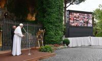 GRAF3473. ROMA, 30/05/2020.- El papa Francisco durante el rezo del Santo Rosario, hoy sábado en la gruta de Lourdes representada en los Jardines Vaticanos y en conexión por Internet con unos 50 santuarios marianos de todo el mundo. Es otra iniciativa para pedir el fin de la pandemia y recordar a fallecidos y aquellos que han estado en primera fila luchando contra el virus. EFE/Vatican Media***SOLO USO EDITORIAL/NO VENTAS***
