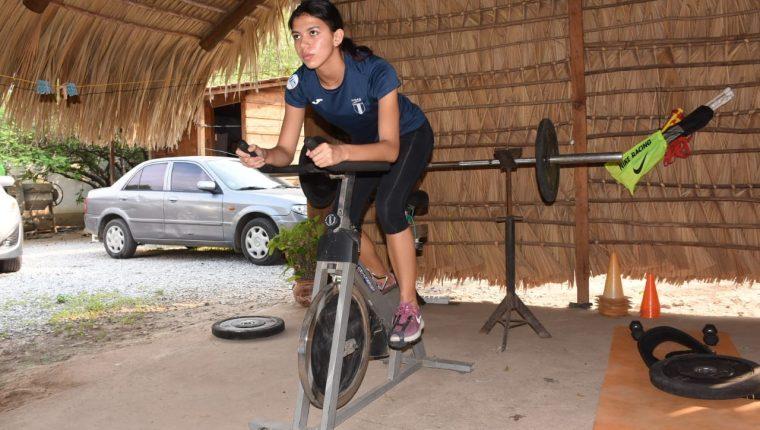 La velocista Mariandré Chacón Aroche trabaja en casa para no bajar el ritmo. (Foto Prensa Libre: Wilder López)
