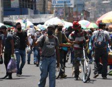 Pese a las restricciones, miles de personas llegan a los mercados de Quetzaltenango, cuyo alcalde teme consecuencias mayores si no se mantiene el distanciamiento social. (Foto Prensa Libre: Raúl Juárez)