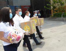 Spectrum por medio de sus centros comerciales realizó la donación de víveres y kits de limpieza. Prensa Libre: Cortesía