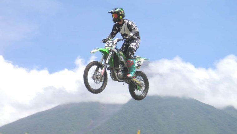 Carlos Rivera Cabezas en una competencia de motociclismo. (Foto cortesía Arturo Ochoa)