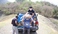 El futbolista guatemalteco, con el apoyo de AVIS, pudo llevar ayuda valiosa a personas que no tenían cómo comprar comida. (Foto Prensa Libre: Cortesía Christopher Ramírez)