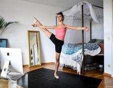 Esto también es teletrabajo: la bailarina de ballet Vivian Assam Koohnavard entrena en su apartamento de una habitación en Berlín.