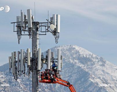 Un equipo instala para la empresa estadounidense Verizon una torre para la 5G en Orem, Utah, Estados Unidos. (Foto Prensa Libre: Hemeroteca PL)