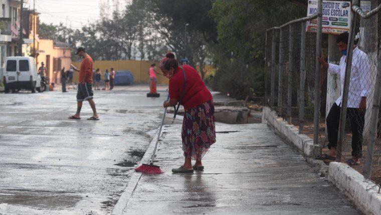 Vecinos de la colonia Landívar sanitizan áreas públicas en prevención del coronavirus. (Foto Prensa Libre: Óscar Rivas)