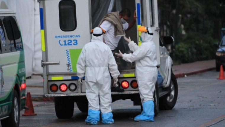 Bomberos trasladan al IGSS de la zona 9 a un paciente sospechoso de tener covid-19. (Foto Prensa Libre: Hemeroteca).