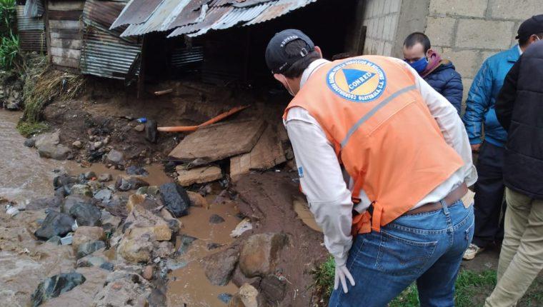 Personal de la Conred evalúa daños en Cajolá, Quetzaltenango, por las fuertes lluvias. (Foto: Conred)
