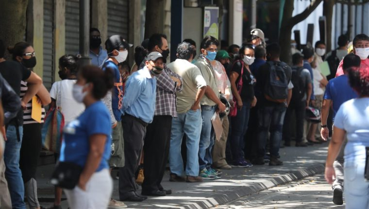 Personas hacen fila para ingresar a oficinas de la Empresa Eléctrica de Guatemala, zona 1, este 25 de mayo. (Foto Prensa Libre: Érick Ávila)