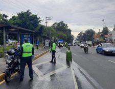 Agentes de la Superintendencia de Tránsito de la capital inspeccionan a conductores al final de la avenida Hincapié, en zona 13. (Foto Prensa Libre: Cortesía)