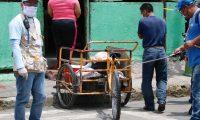 Vecinos de la colonia Landivar desinfectan a todas las personas que ingresan a la cuadra.  Fotograf'a: Fernando Cabrera