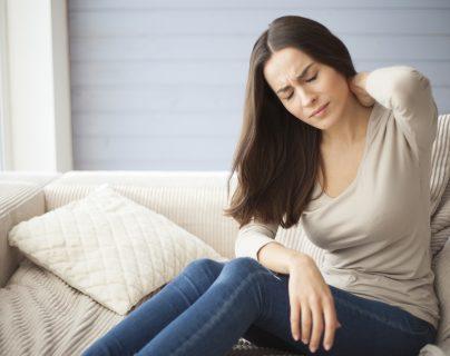 La fibromialgia es aproximadamente siete veces más frecuente en las mujeres. Suele aparecer en  jóvenes o personas de mediana edad y también en en varones, niños y adolescentes.  (Foto Prensa Libre: Shutterstock)