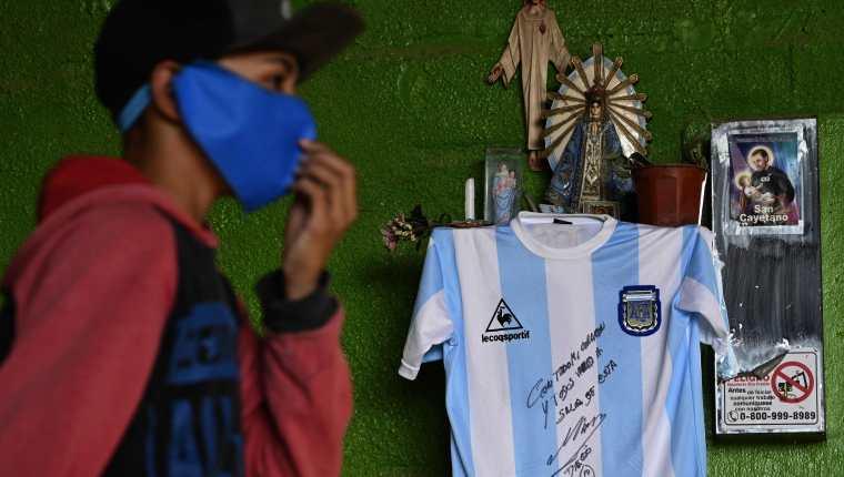 Lo recaudado en el sorteo de la playera de Maradona se repartirá en merenderos y ollas populares del barrio de viviendas sociales René Favaloro y en los asentamientos precarios que lo rodean. (Foto Prensa Libre AFP).