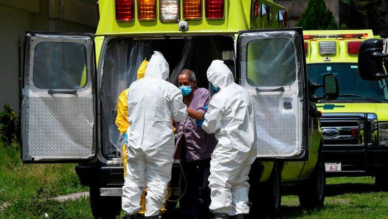 Bomberos trasladan a un paciente de coronavirus al hospital San Vicente. (Foto Prensa Libre: AFP)