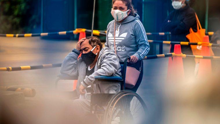 La gente espera para recibir atención médica, fuera del área de emergencia en el Hospital Alberto Sabogal en Lima, el 27 de mayo de 2020. (Foto Prensa Libre: AFP)