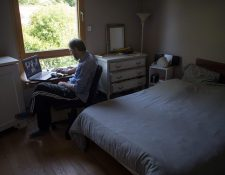 El internet se convirtió en un servicio básico durante la pandemia para muchos hogares donde los adultos trabajan en casa y los niños estudian a distancia. (Foto Prensa Libre: AFP)