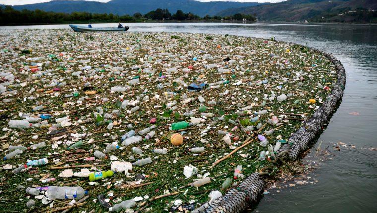 Miles de toneladas de basura llegan cada año al Lago de Amatitlán. (Foto Prensa Libre: Hemeroteca PL)