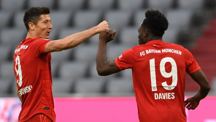Robert Lewandowski (i) y el medicampista defensivo, Alphonso Davies, celebran el 5-0 sobre el Fortuna Duesseldorf. (Foto Prensa Libre: AFP)
