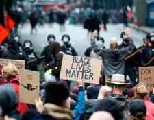 La policía intenta dispersar a las personas que protestan por la muerte de George Floyd, el 30 de mayo de 2020. (Foto Prensa Libre: AFP).
