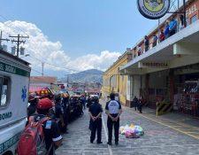 Los Bomberos Voluntarios observaron desde el segundo nivel del edificio el acto que les ofrecieron sus colegas. (Foto Prensa Libre: cortesía)