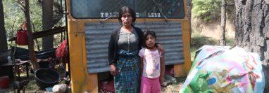 María Teresa y su hija de 6 años frente a un bus abandonado que se ha convertido en su hogar.  (Foto Prensa Libre: María Longo)