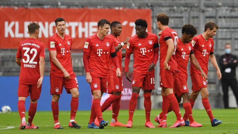 Los jugadores del Bayern celebraron el triunfo y la continuidad en el liderato. (Foto Prensa Libre: EFE)