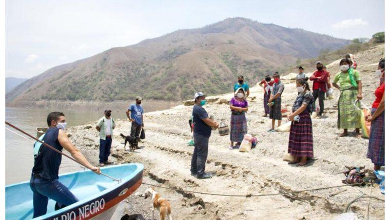 Christopher Ramírez, jugador de Antigua GFC, entrega víveres en comunidades de Baja Verapaz. (Foto Prensa Libre: Cortesía Christopher Ramírez)