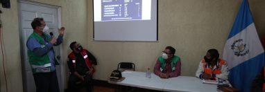 Juan Nájera, director del Área de Salud, explica los casos que hay en el departamento de Quetzaltenango. (Foto Prensa Libre: María Longo)
