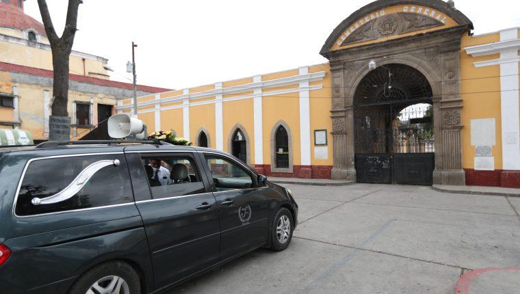 Reducen el número de personas que ingresarán al cementerio de Quetzaltenango para los entierros de casos ajenos al coronavirus. (Foto Prensa Libre: María Longo)