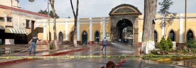 El Cementerio Municipal de Quetzaltenango es desinfectado por las víctimas del coronavirus que han sido enterrados en el lugar. (Foto Prensa Libre: María Longo)