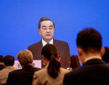 El ministro de Relaciones Exteriores de China, Wang Yi, habla durante su conferencia de prensa por medio de enlace de video en línea durante el Congreso Nacional del Pueblo (APN) en el centro de medios en Pekín. (Foto Prensa Libre: AFP)