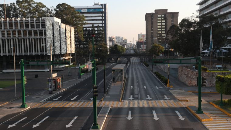 Las restricciones a la movilidad que han dejado prácticamente vacías las calles este viernes no han sido bien recibidas por varios sectores de la población. (Foto Prensa Libre: Hemeroteca PL)