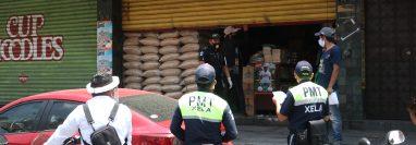 Un negocio en la zona 3 de Xela fue sancionado por estar abierto después de las 11 horas. (Foto Prensa Libre: Raúl Juárez)