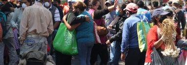 En las últimas semanas se ha incrementado la cantidad de personas en los mercados sin guardar el distanciamiento social. (Foto Prensa Libre: Raúl Juárez)