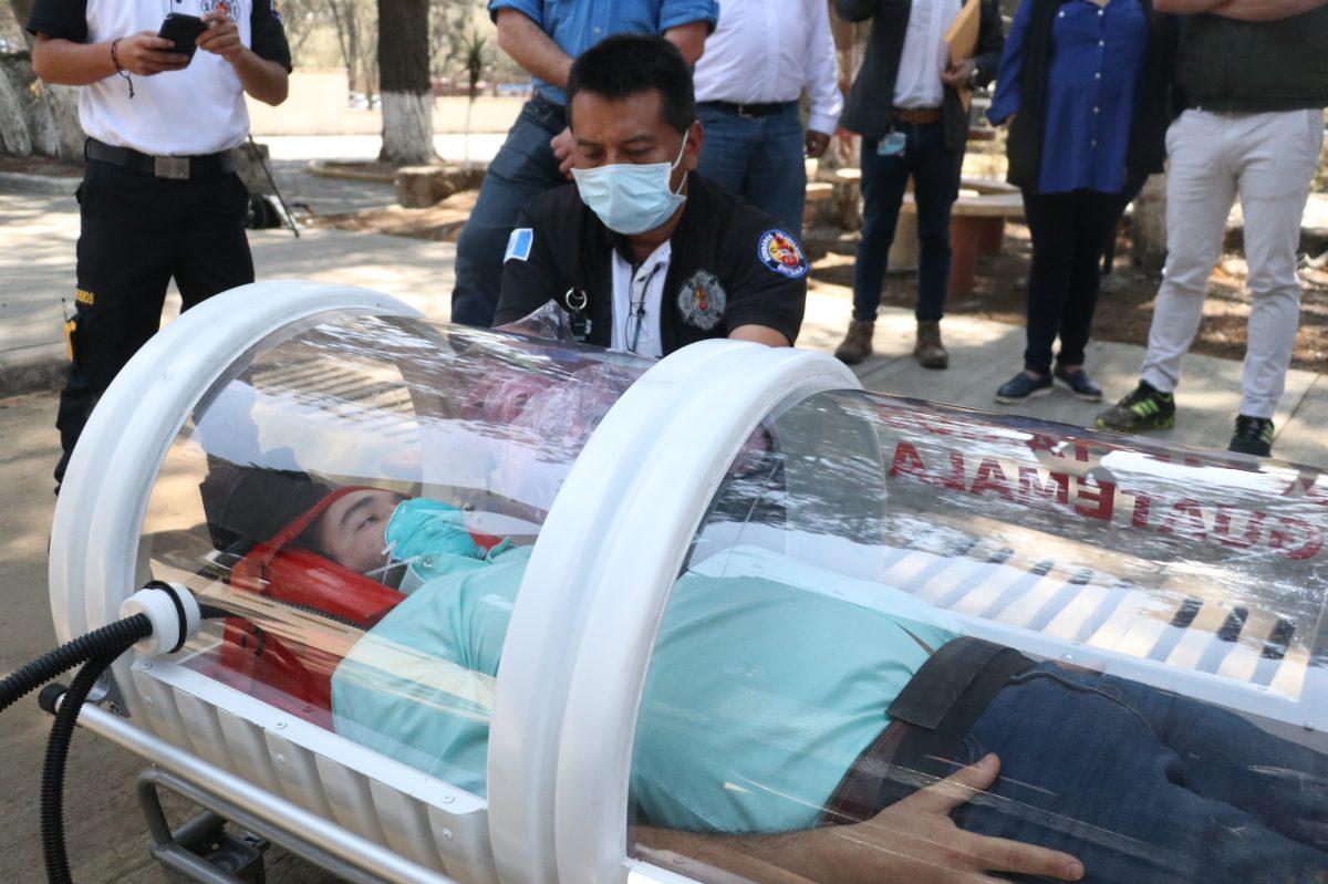 Coronavirus en Guatemala | Fabrican cápsula aislante para trasladar a pacientes sospechosos de covid-19