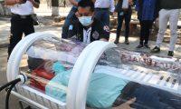 Bomberos Voluntarios de San Marcos hicieron una simulación de transportar a un paciente positivo de covid-19 para demostrar cómo funciona la cápsula. (Foto Prensa Libre: Raúl Juárez)