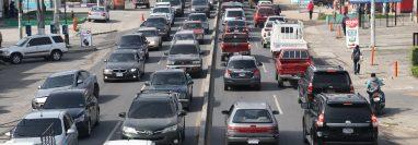 Avenida Las Américas, zona 9 presentó alta carga vehicular durante este día. (Foto Prensa Libre: Raúl Juárez)