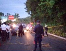 Pobladores se aglomeran en el ingreso a Malacatán para ingresar, pese al cordón sanitario por el coronavirus. (Foto Prensa Libre: Alex Coyoy).