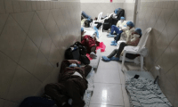 Los pacientes con coronavirus o sospechosos, duermen en el suelo, entre restos de basura y hacinados, señala las autoridades de la Procuraduría de los Derechos Humanos. (Foto Prensa Libre: PDH)