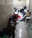 PDH: Durmiendo en sillas de ruedas, hacinados y en medio de basura así están pacientes con coronavirus en el IGSS