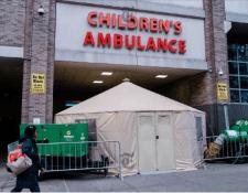Una tienda de campaña afuera del estacionamiento de ambulancias infantiles en el NewYork-Presbyterian Morgan Stanley Children's Hospital, en Nueva York, el 19 de marzo de 2020. (Gabriela Bhaskar/The New York Times)