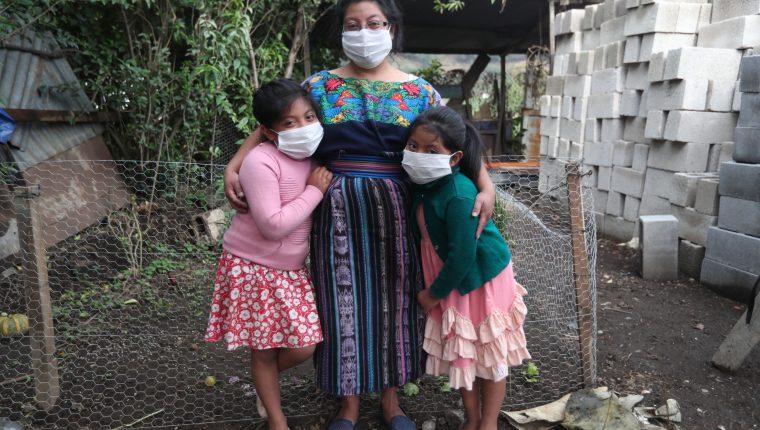 Carmen Hernández y sus hijas de 6 y 7 años viven en una aldea de Cantel, Quetzaltenango, donde cientos han migrado a EE. UU. y ahora han dejado de enviar dinero por la crisis económica que causó el coronavirus. (Foto Prensa Libre: María José Longo)